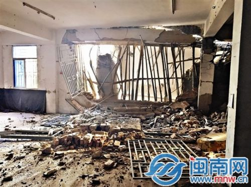 石狮一民房拆除时倒塌隔壁房屋遭殃 幸无人伤亡