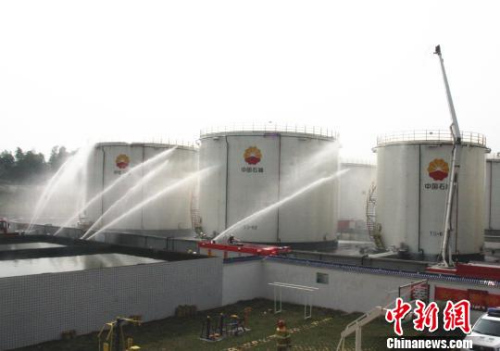 """湖南常德举办""""油库失火""""应急演练 吴林芳 摄"""