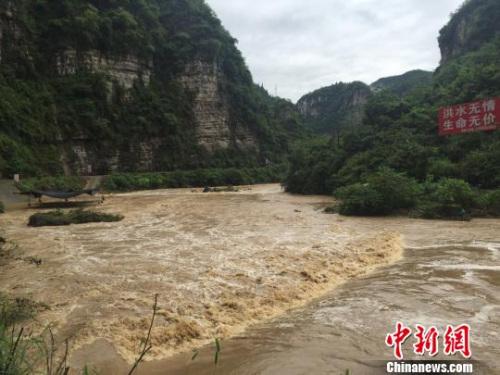 长江三峡西陵峡口支流下牢溪河水暴涨。 李重庆 摄