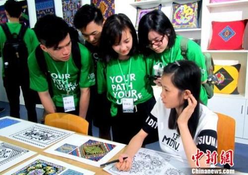 图为香港青少年与广西大学生交流。 黄冬 摄