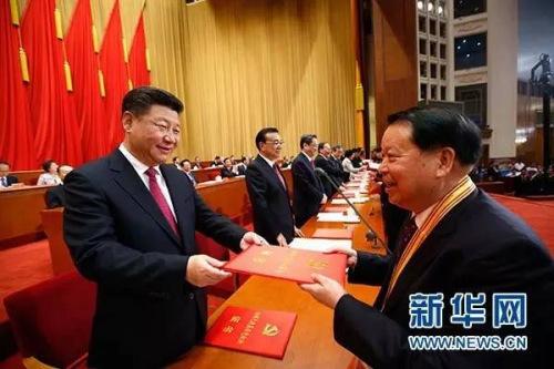 图为:2016年7月1日,庆祝中国共产党成立95周年大会在北京人民大会堂隆重举行。这是习近平等在大会上向受表彰的先进个人和先进集体代表颁奖。