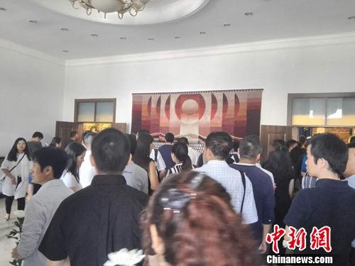 7月2日上午,告别大厅站满了前来为金波送行的人。
