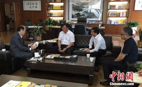 碧桂园团体董事局主席杨国强(左一)和总裁莫斌(左二)等人研讨地漏新模子