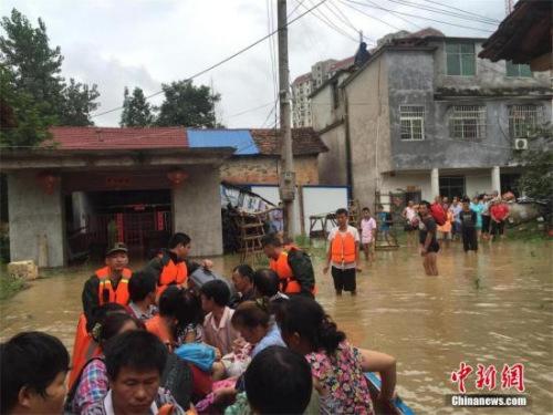 7月4日,连日强降雨致湖北咸宁市碧桂园区余佐村二组、咸宁大道18余栋居民楼被淹,消防官兵紧急转移被困人员,其中大部分为老人、妇女和儿童。朱燕林 摄