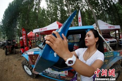 竞赛中惟一女车手荣盼盼参加柴油改装组竞赛。
