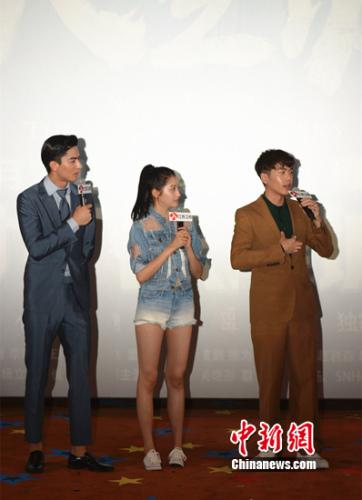 从左至右:刘畅、关晓彤、张若昀 图片来源:江苏卫视供图