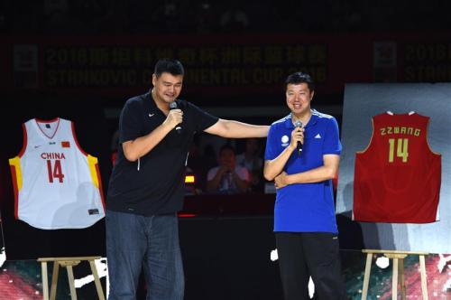 7月5日,姚明(左)在王治郅退役仪式上回忆与王治郅的篮球往事。 新华社记者鞠焕宗摄
