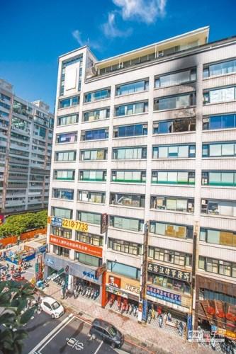 """新北市新店区中正路位于8楼的""""乐活老人长期照顾中心""""6日发生火灾。(台湾《中国时报》/杜宜谙 摄)"""