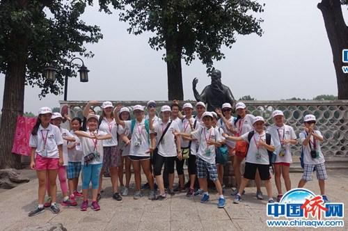 美国华裔小记者团在后海雕塑前合影(张芸芸 摄)