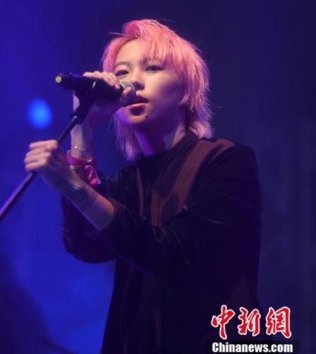 一头粉红色头发的窦靖童以中性打扮现身,出席香港音乐节及艺术节演出。记者 张宇 摄