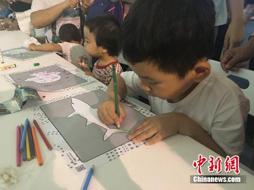 小朋友在认真画画。