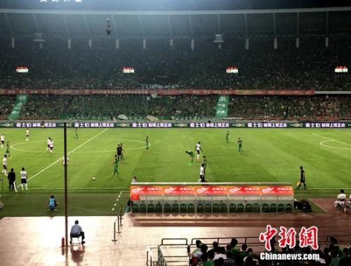 """今晚,超过43000名球迷来到工人体育场观看""""京津德比"""""""
