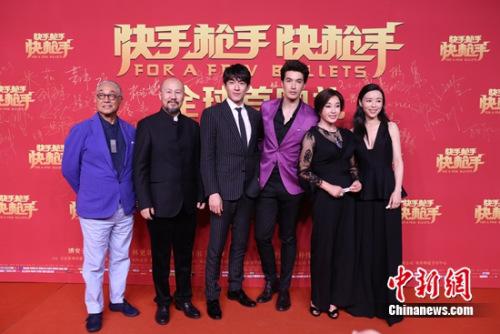 演员曾江、腾格尔、林更新、锦荣、刘晓庆、张静初亮相红毯 片方供图