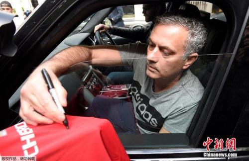 曼联球迷向穆里尼奥索要签名