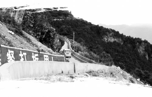 云南禄劝投资5000万建起公路生命防护墙