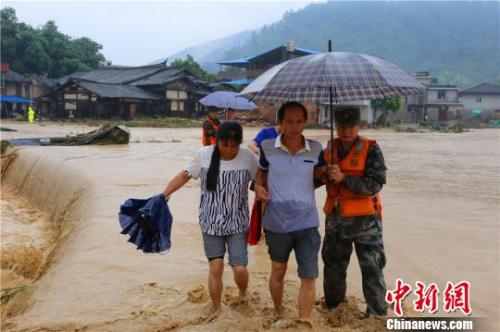 第31集团军某团官兵在福建闽清转移受灾群众。杨钟摄