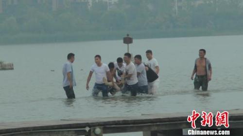 一位落水者被打捞登陆。 袁宝德 摄