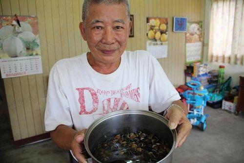 """宝石里民林先生偶尔到河边""""摸蛤蛎"""",这次意外救人一命。台湾《联合报》记者许政榆/摄影"""