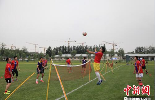 网站球员与北控队员组队进行网式足球比拼。