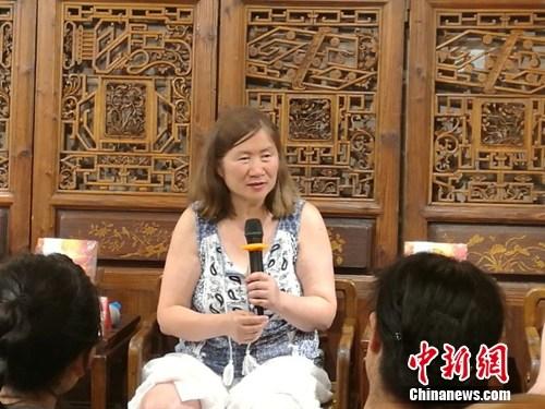 近日,《疯狂的榛子》在北京举办读者见面会,袁劲梅在会上发言。十月文艺供图