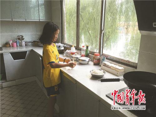 一个人居住的陶思芊在做饭