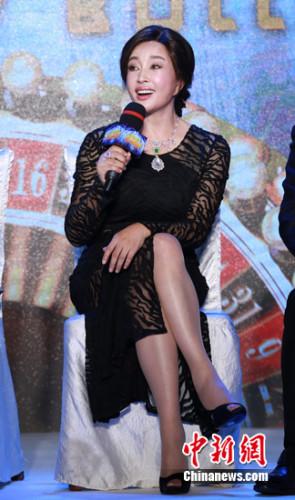 刘晓庆参加首映时的装扮十分优雅 片方供图