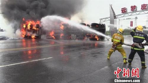 载有30吨甲醇的槽罐车正在燃烧 张程 摄