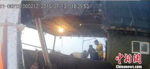 队员手拿的执法记录仪截图,图为船员围攻王调 李婷婷 摄