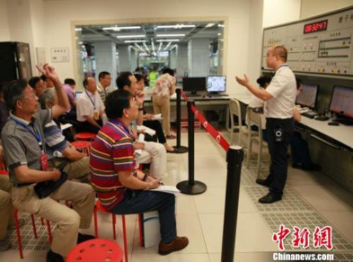 评审专家正在车站运营中心现场了解情况。 钟欣 摄