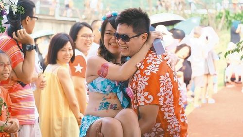 有人玩起新娘抱。台湾《联合报》记者张芮瑜/摄影