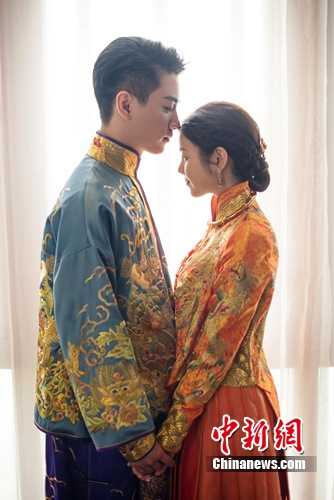 陈晓、 陈妍希穿中式礼服相拥。 艺人方提供