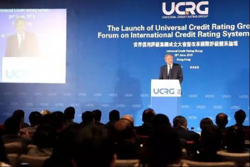 """2013年,""""世界信用评级集团成立大会""""在香港举行。图为法国前总理多米尼克·德维尔潘在大会上演讲。中新社发 洪少葵摄"""