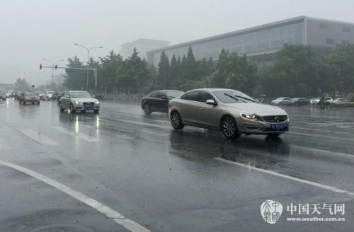 7月19日清晨,北京出现明显降雨,给早高峰出行的人们带来不便,市气象台19日7时30分发布暴雨蓝色预警信号。受降雨影响,气温有所下降,19日晨京城气温在24℃左右,天气十分清凉。气象台预计,19日白天阴有中到大雨,局地(西部山前及平原地区)暴雨,伴有弱雷电,偏东风二三级,最高气温26℃;夜间阴有大雨,局地暴雨,伴有弱雷电,东北风二三级,最低气温22℃。20日大雨转阵雨,最高25℃。据气象专家分析,此次降雨持续时间长,累积雨量大。降雨开始时伴有雷电,局地短时雨强较大;降雨中后期雨势相对平稳。 赵嫣嫣 摄 图片来源:中国天气网