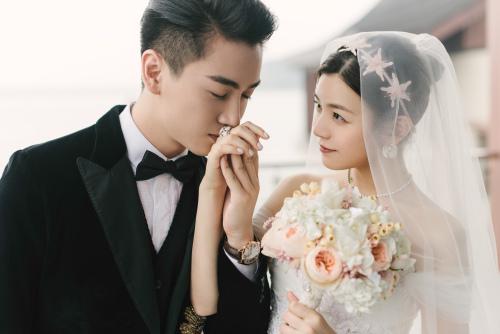 陈晓、陈妍希身穿西式礼服。