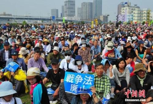 材料图:日本大众反对安倍修宪
