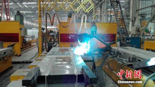 """中车青岛四方机车车辆株式会社""""80后""""初级技师张合礼在车间焊接钢缝。"""
