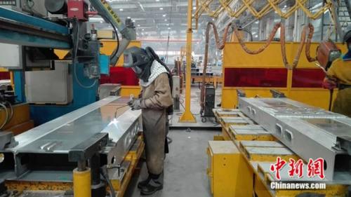焊接工人正在事情。中新网 邱宇 摄