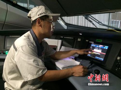 中车青岛四方机车车辆股份有限公司高铁调试高级技师周勇在演示调试过程。中新网 邱宇 摄
