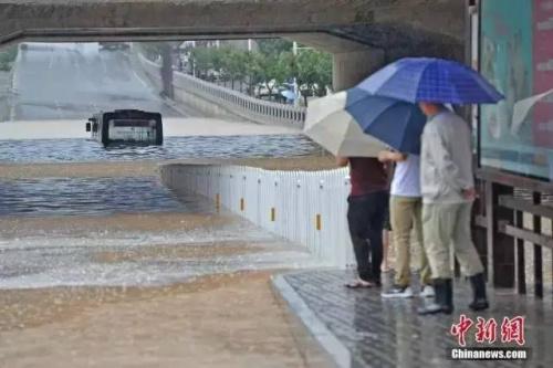 19日,山西太原遭逢强降阴气候,都会多处路段内涝重大。