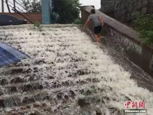 20日,北京遭逢强降雨,房山区一铁路桥洞下积水重大。
