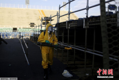 卫生人员在里约的奥运场馆内灭蚊