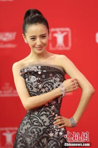 佟丽娅产后依旧保持好身材,亮相红毯。 记者 张亨伟 摄