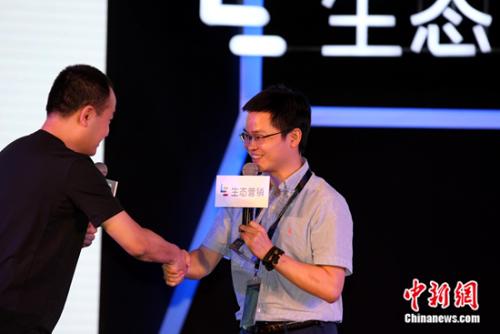 彭钢为携程交通事业部CEO王玉琛颁奖