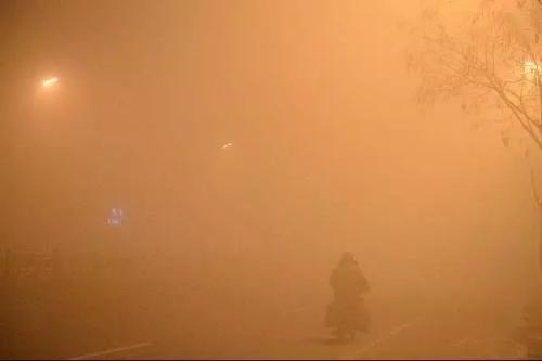2015年11月,呼和浩特雾霾锁城 发 刘文华摄