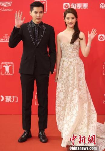 吴亦凡携手刘亦菲亮相红毯。 记者 张亨伟 摄