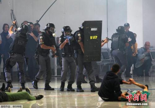 当地时间7月21日,巴西警方在圣保罗州圣若泽杜斯坎普斯市举行奥运安保演练,模拟机场出现劫持人质事件。