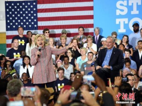 """当地时间7月14日,美国总统大选民主党""""假定提名人""""希拉里·克林顿在弗吉尼亚州费尔法克斯县举行竞选活动,弗吉尼亚州联邦参议员蒂姆·凯恩同台助选。图为希拉里。 记者 张蔚然 摄"""