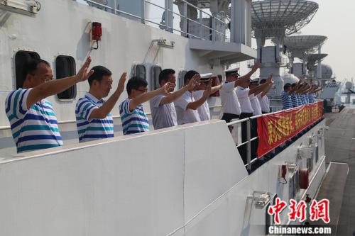 海员与送行职员挥手辞别。