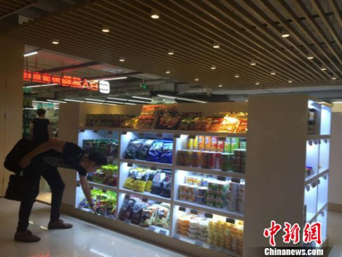 市民在购物。 吴兰 摄