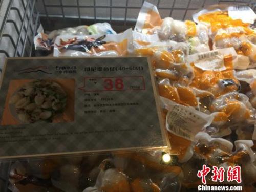"""""""亲民""""的价格,约是同类超市的50%。 吴兰 摄"""